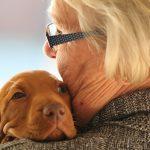 Abuela abrazada con perrito